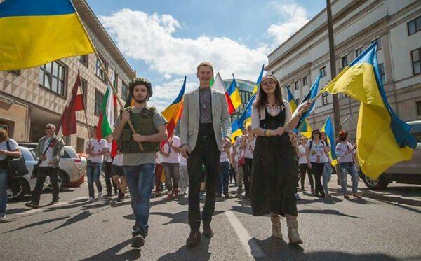 Жовто-блакитні прапори в передній частині колони. Фундація «Відкритий Діалог» взяла участь у Параді Шумана