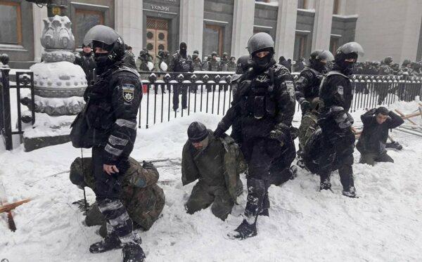 Надмірне застосування сили та масові затримання: поліція розігнала акцію протесту біля українського парламенту