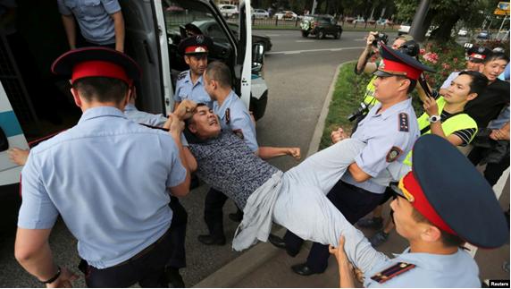 06.07.2019. Затримання чоловіка в Алмати. Фото: Reuters.