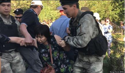 06.07.2019. Затримання жінки в Актобе. Фото: Радіо Азаттик.